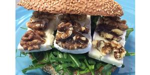 Eden Bio Perpignan propose des Bagels sur sa nouvelle carte de restaurant bio, fait maison et anti-allergène ici Bagel Brie noix et miel (® eden bio)