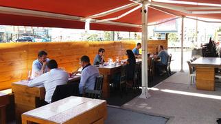 Ola Bodega Perpignan Restaurant présente sa nouvelle terrasse ombragée et confortable en centre-ville au rond-point des Baléares.(® networld-david gontier)