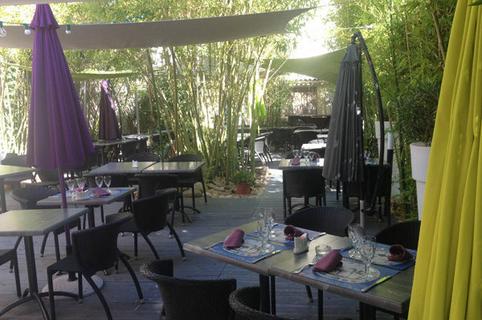Terrasse ombragée du restaurant Al Catala dans la ville de Céret (crédits photos : networld – Stephane Delchambre)