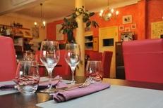 Salle chaleureuse du restaurant Al Catala dans la ville de Céret (crédits photos : networld – Stephane Delchambre)