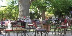 Tables en terrasse de l'Auberge du Mas de Chabry à perpignan (crédits photos:networld-S.Delchambre)